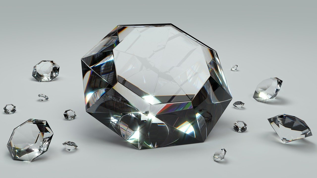 Various sized diamonds on a white background   Photo: Pixabay/Colin Behrens