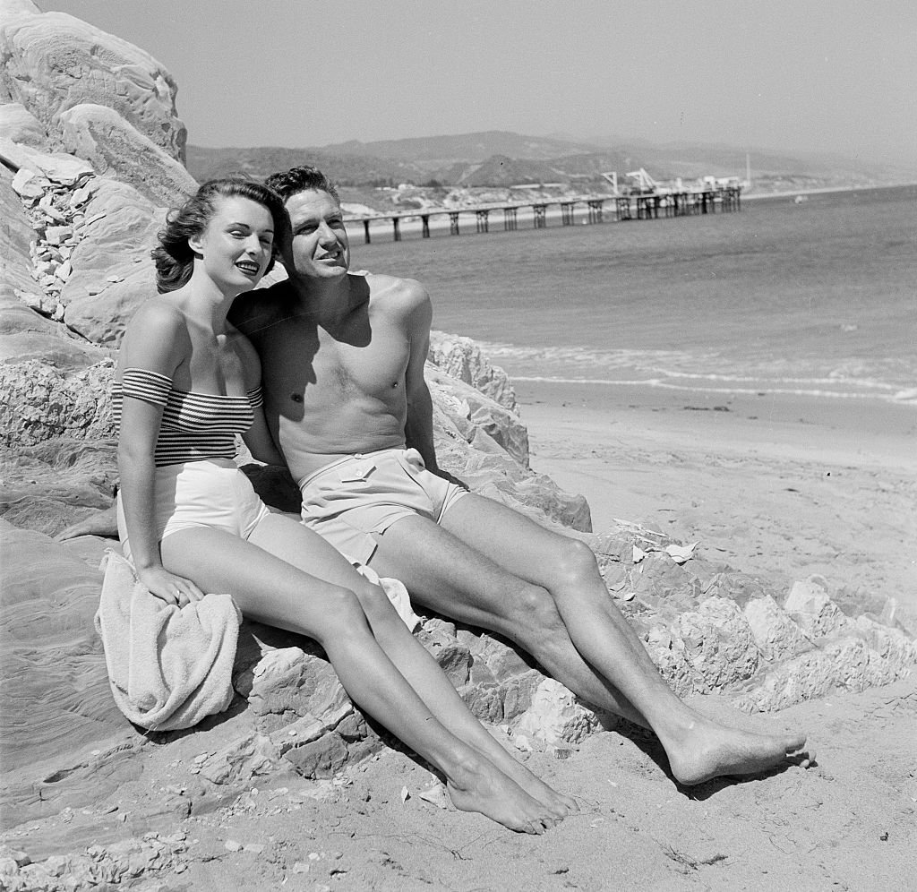 Actor Robert Stack and actress Rosemarie Bowe pose at the beach in Los Angeles on June 16,1955 | Photo: Getty Images