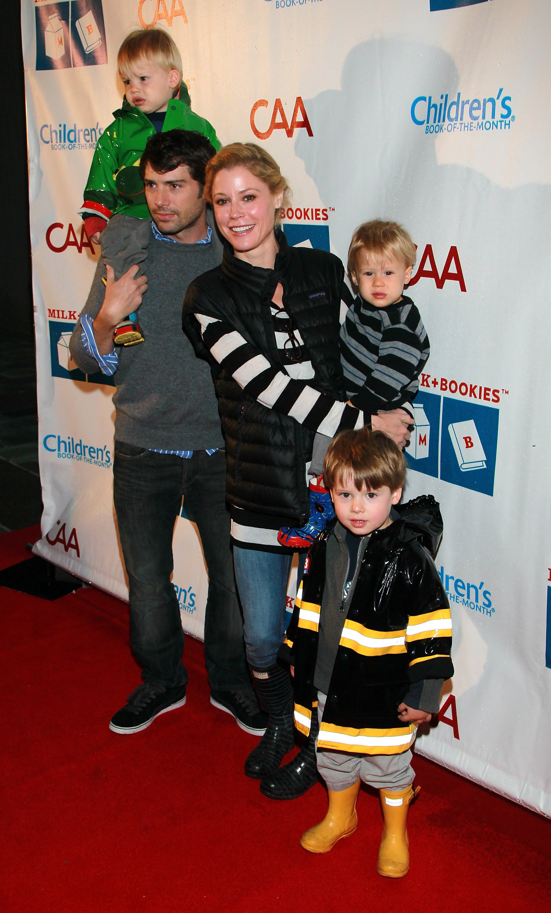 Julie Bowen, husband Scott Phillips and sons at the Skirball Cultural Center on March 20, 2011| Photo: Getty Images