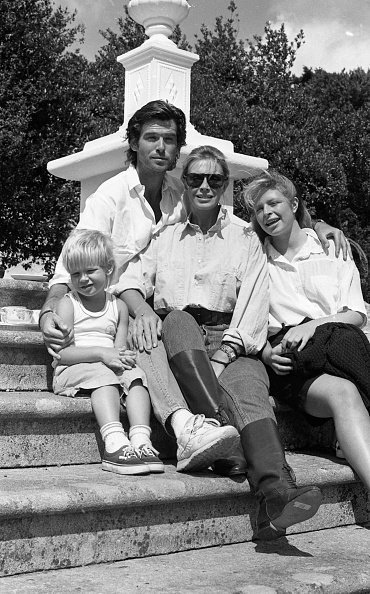 Pierce Brosnan et sa famille à la maison Tinakilly, Rathnew, comté de Wicklow en 1987 | Photo : Getty Images