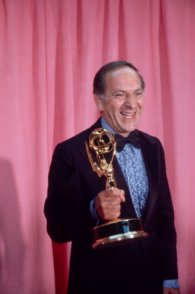Jack Klugman with his Emmy Award, appearing on the 1973 / 25th Primetime Emmy Awards, Shubert Theatre, May 20, 1973.   Photo: Getty Images