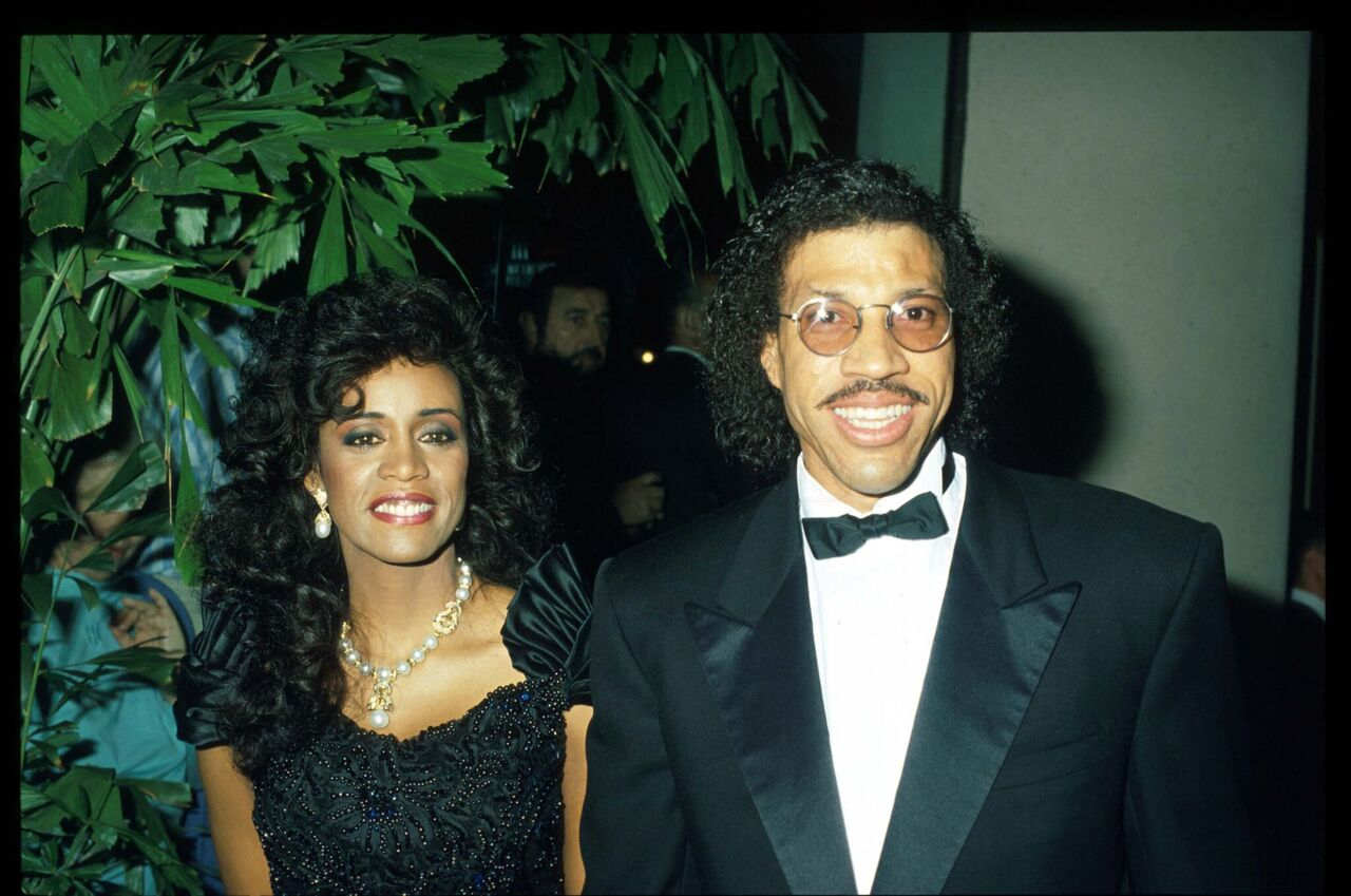 Lionel Ritchie and wife pose at the 7th Annual American Cinema Awards January 27, 1990 at the Beverly Hilton Hotel. | Source: Getty Images