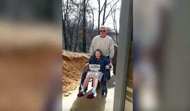 Schon und seine Mutter | Quelle: YouTube/Caters Clips