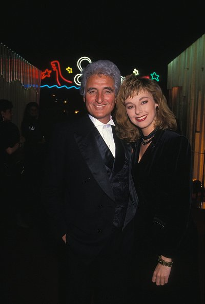 Jean-Loup Dabadie et Julie Arnold à Paris en mars 1990, France. | Photo : Getty Images