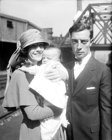 Buster Keaton, his first wife Natalie Talmadge, and their son Bob in 1922. I Image: Wikimedia Commons.