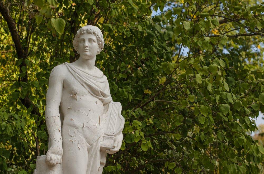 Estatua de Orfeo sosteniendo su lira. Fuente: Shutterstock