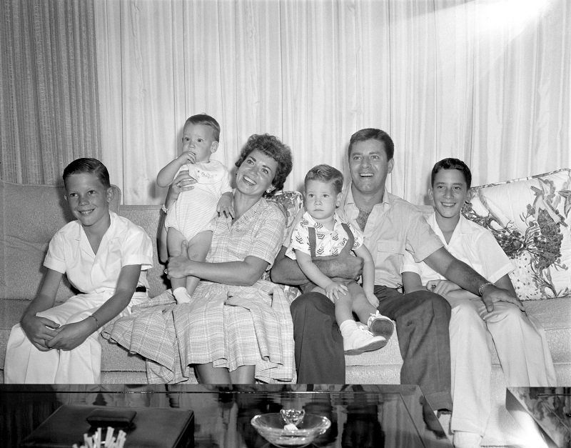 Jerry Lewis, Patti Palmer, and four of his sons in California, in September 1958 | Photo: Getty Images