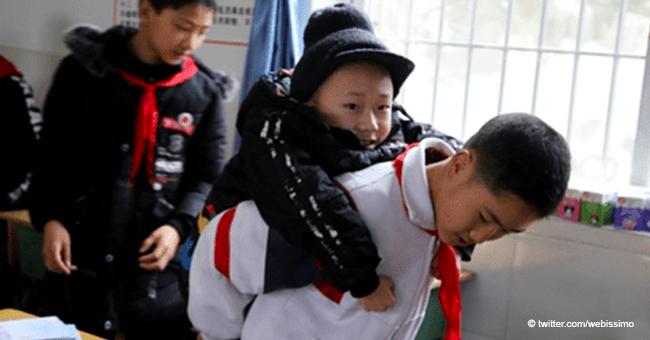 Adorable histoire en Chine : un petit garçon porte son ami handicapé à l'école tous les jours
