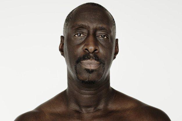 Un homme torse nu.   Photo: Freepik