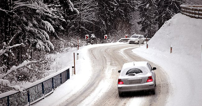 Cars traveling on a snowy road. | Photo: Shutterstock
