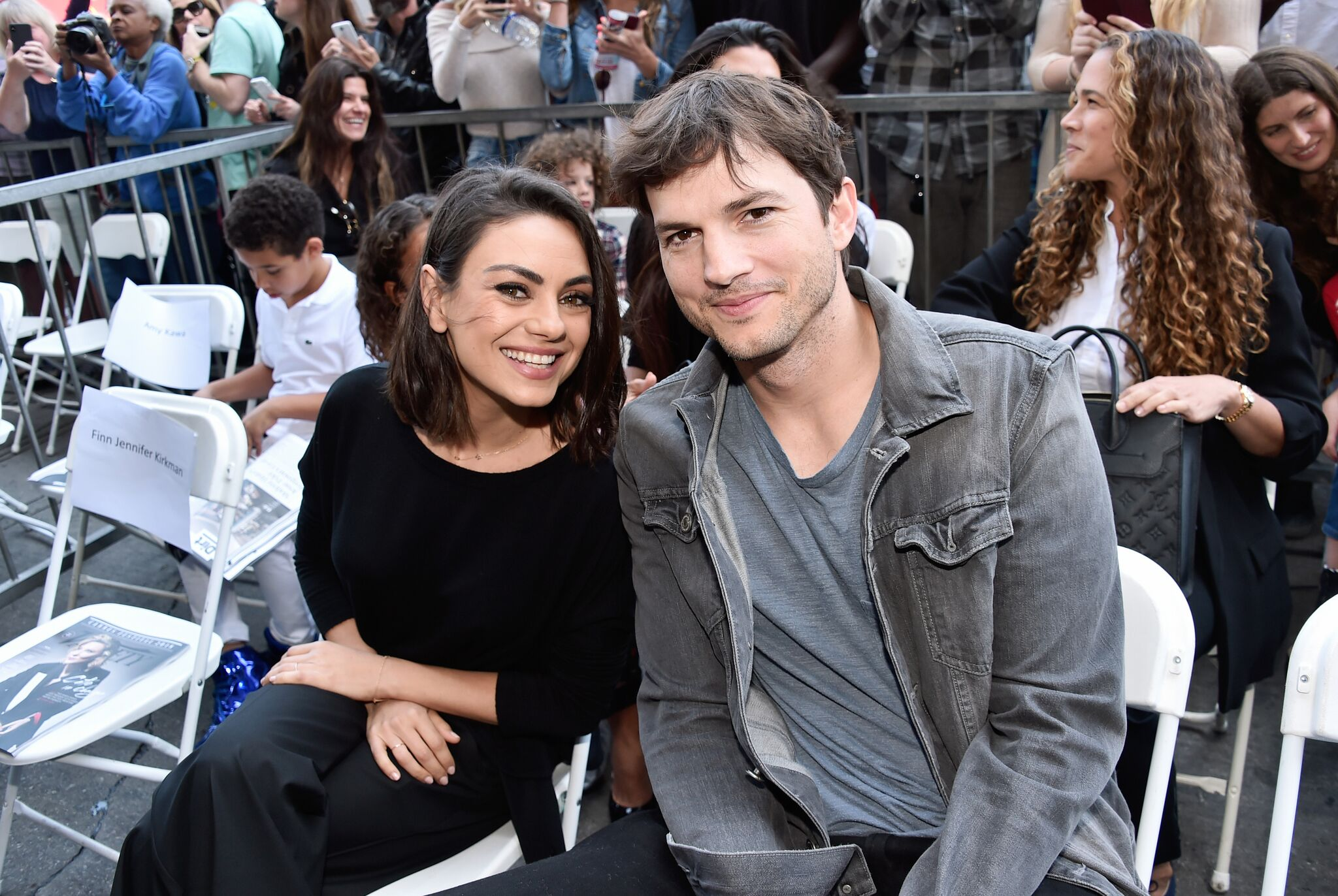 Mila Kunis und Ashton Kutcher bei der Zoe Saldana Walk Of Fame-Star-Zeremonie | Quelle: Getty Images