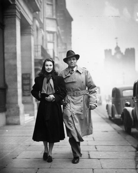 Laurence Olivier and Vivien Leigh after visiting a London theatre to see a revival of 'Dear Brutus' | Photo: Getty Images