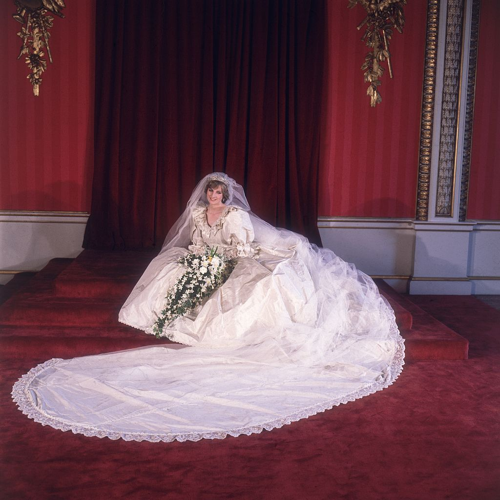 Retrato formal de Lady Diana Spencer (1961 - 1997) en su vestido de novia diseñado por David y Elizabeth Emanuel. I Foto: Getty Images.