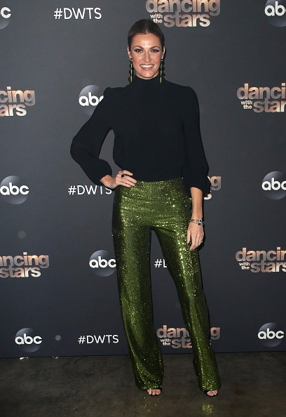 "Erin Andrews posa en la temporada 28 de ""Dancing with the Stars"" en CBS Television City el 21 de octubre de 2019 en Los Ángeles, California. 