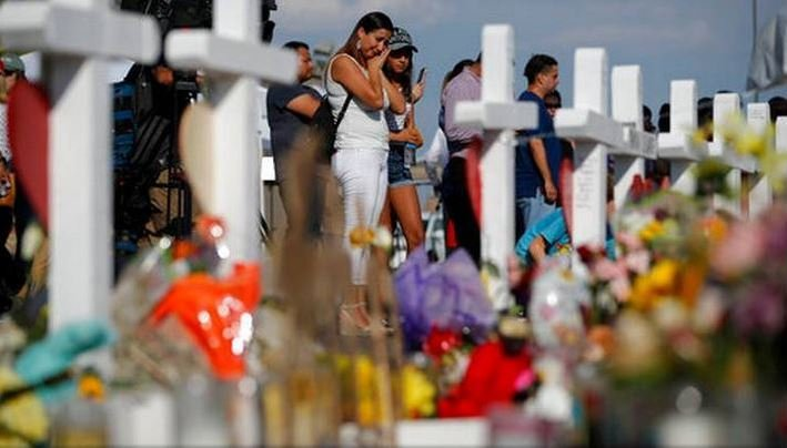 People mourning at a memorial for the victims of the El Paso Walmart shooting on August 6, 2019 | Photo: Wikimedia/ruperto miller