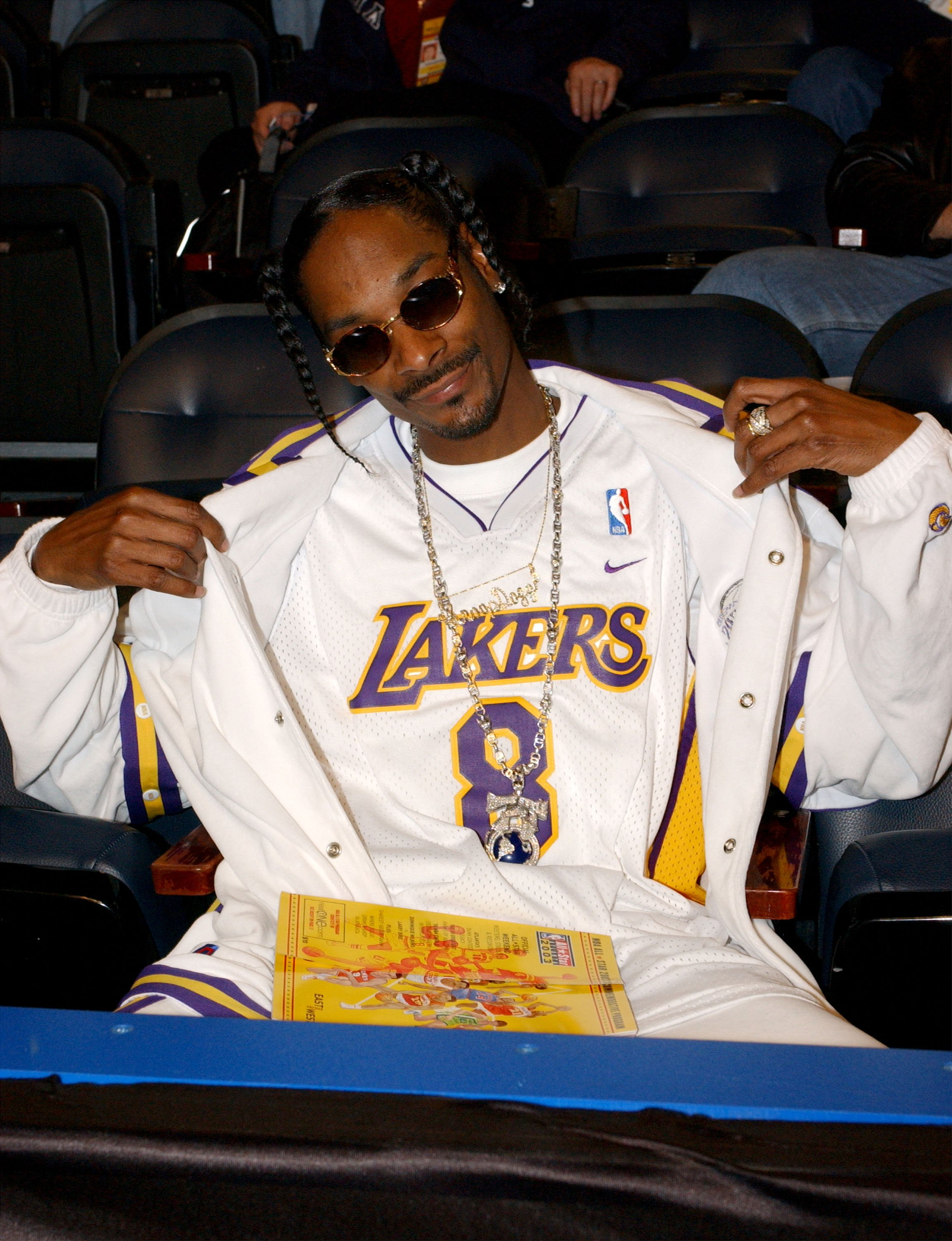 Rapper Snoop Dogg waiting for the beginning of the 2003 NBA All-Star game at the Phillips Arena on February 9, 2003 in Atlanta, Georgia. | Photo: Getty Images