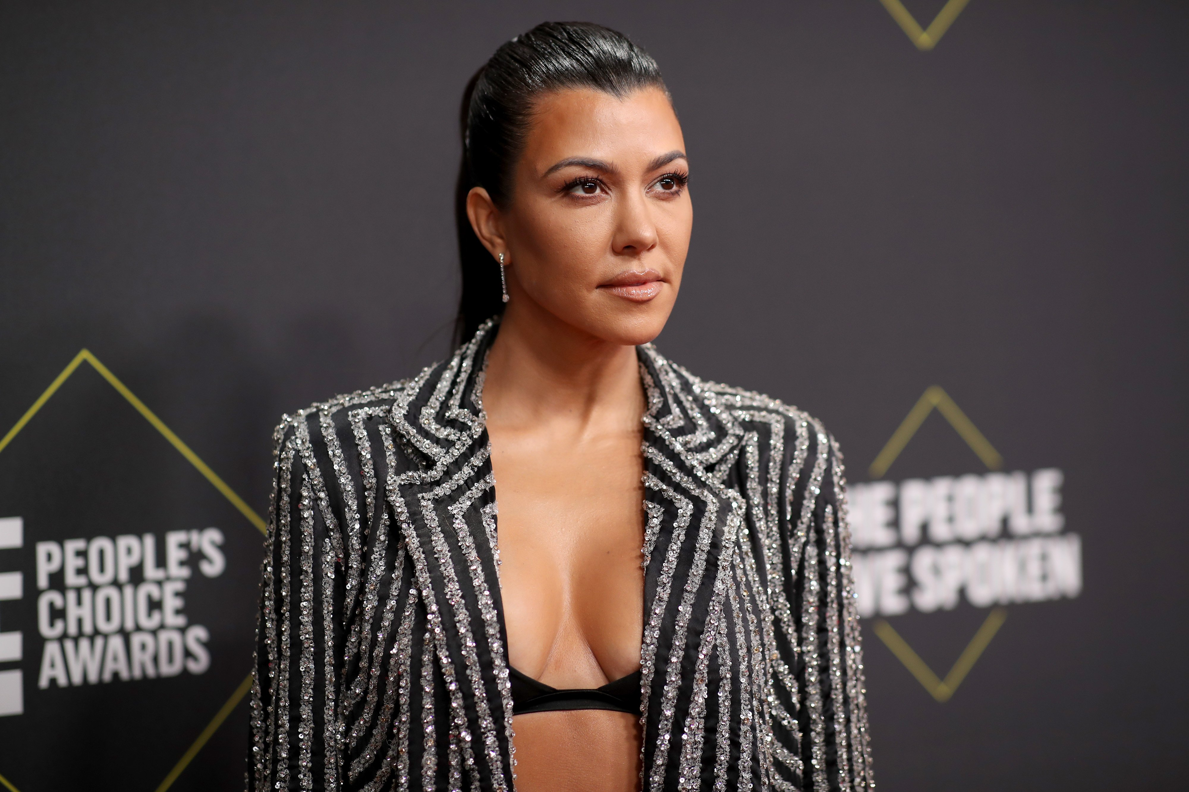 Kourtney Kardashian arrives to the 2019 E! People's Choice Awards held at the Barker Hangar on November 10, 2019. | Photo: Getty Images