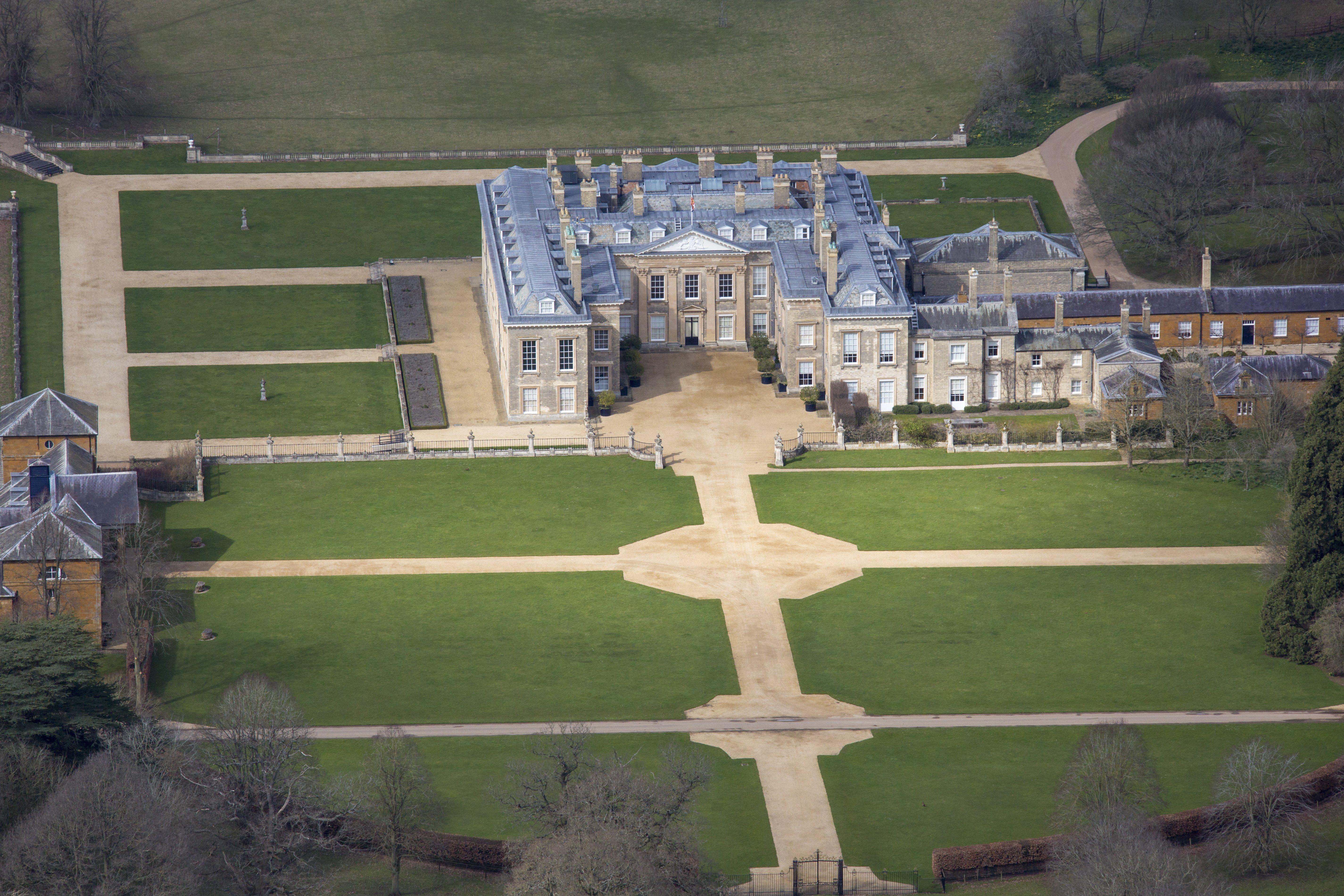 Vista aérea de la Casa Althorp y los terrenos de la propiedad donde se crió Lady Diana Spencer, quien sería la Princesa de Gales, en Harlestone Road, a 5 millas de Northampton | Fuente: Getty Images