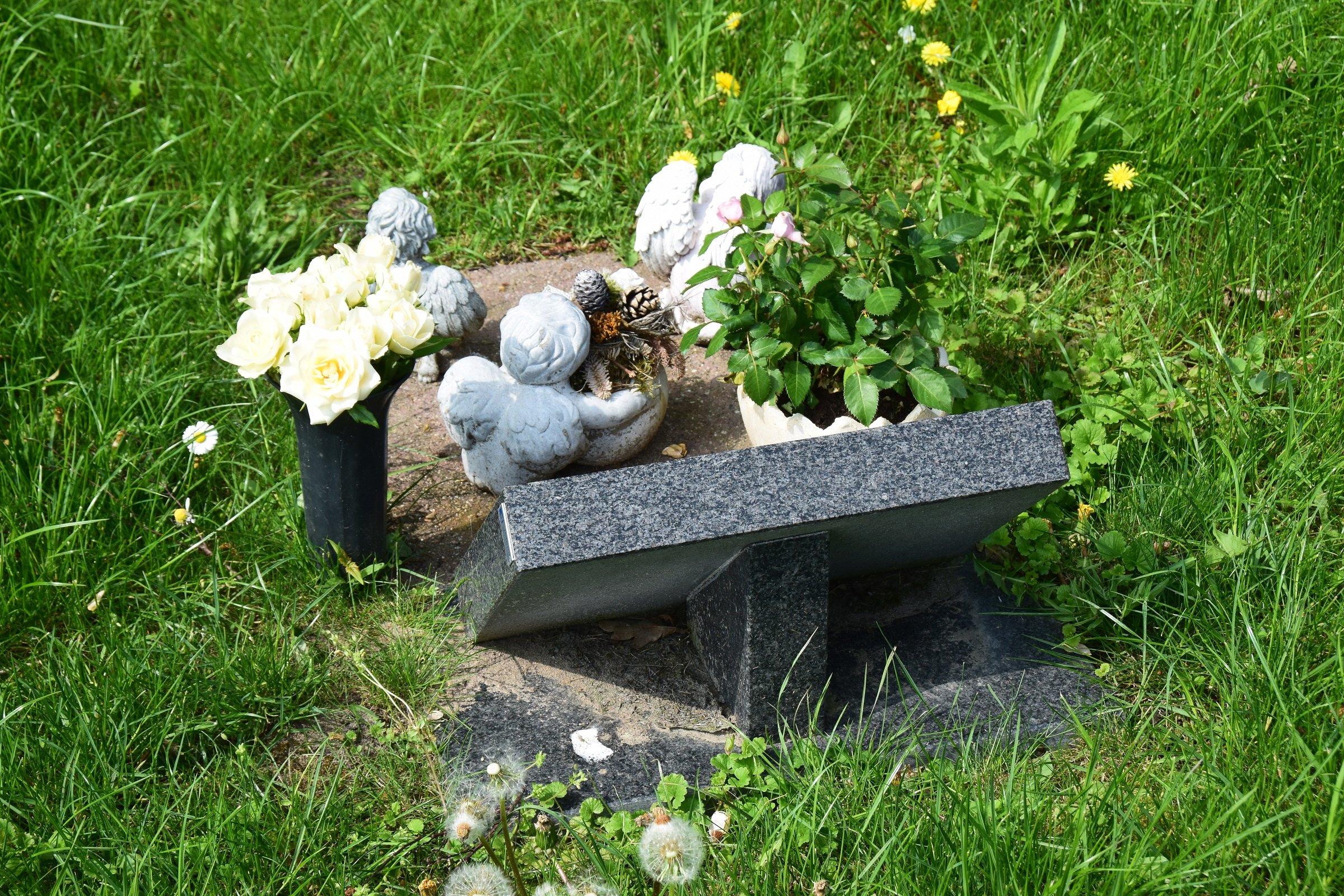 Lápida con decoraciones. || Fuente: Shutterstock
