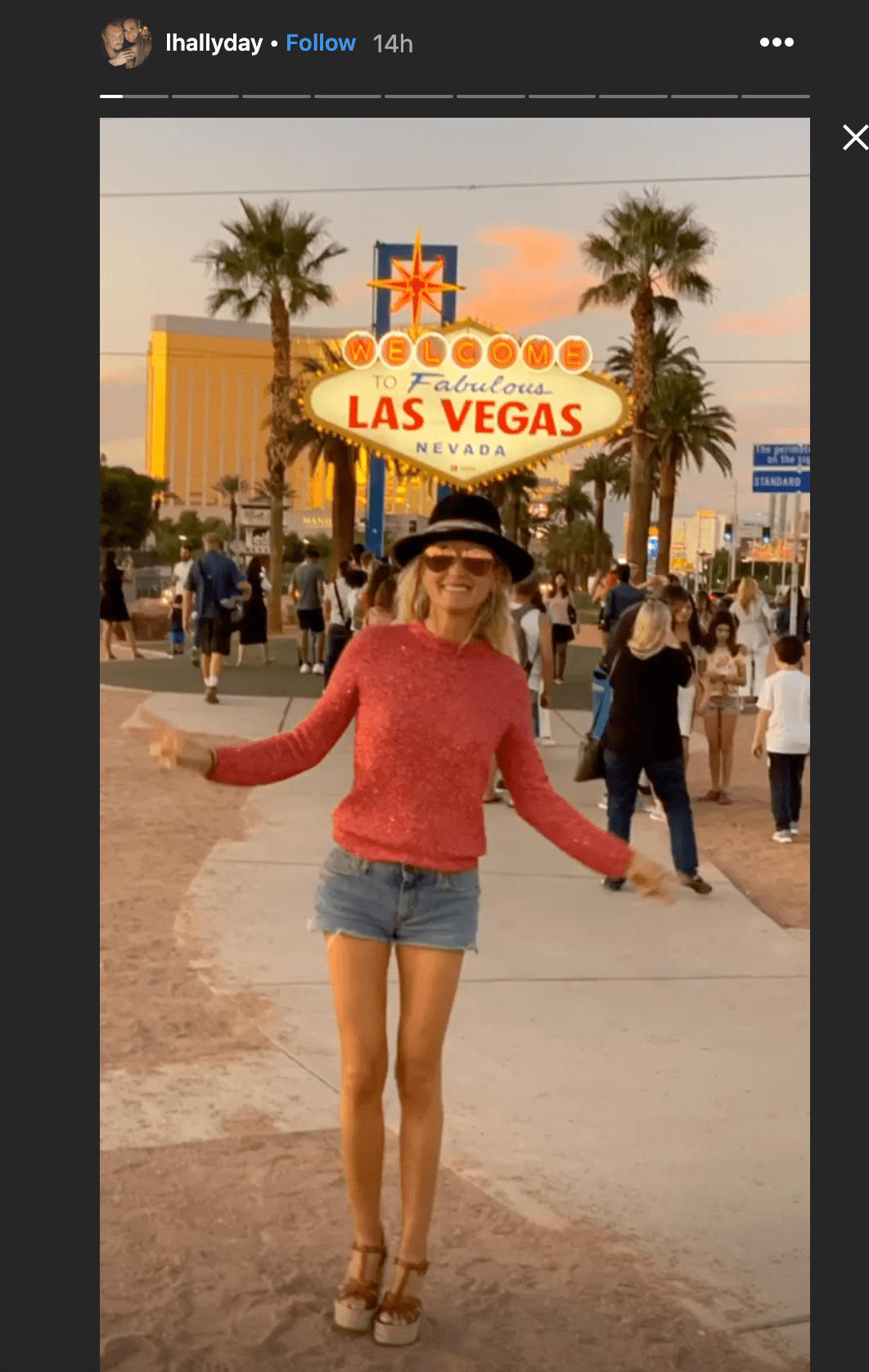 Laeticia hallyday prend une photo à Las Vegas | Photo : Instagram/lhallyday