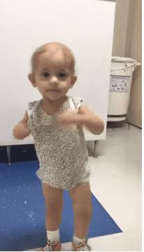 Une petite fille atteinte d'un cancer qui danse au couloir de l'hôpital.  Photo : Youtube/ ViralHog