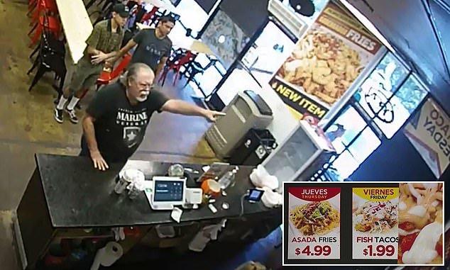 Cliente señalando la cartelera de menú.   Imagen: YouTube /ABC13 Houston