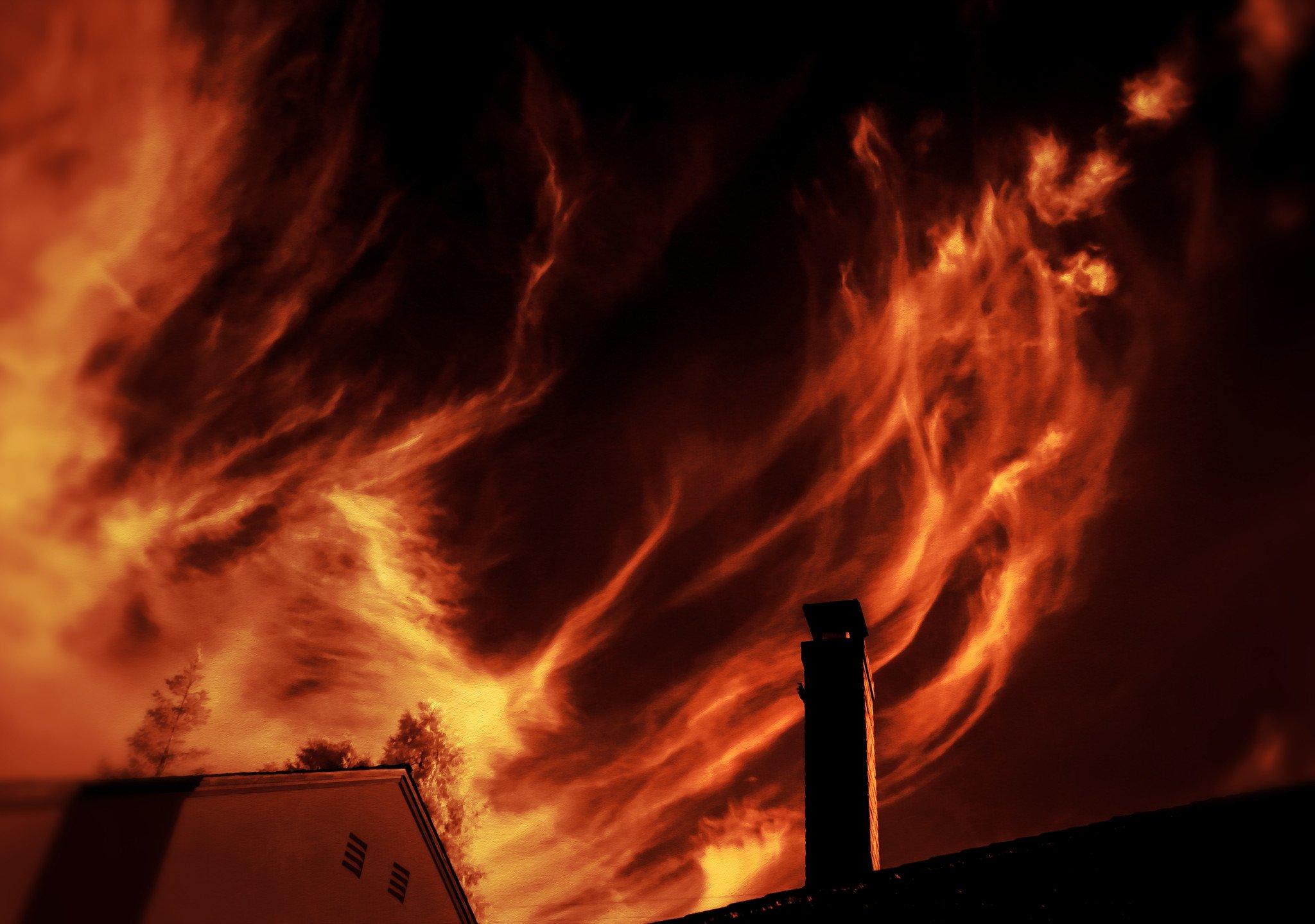 Incendio sobre el techo de una vivienda. | Imagen: Flickr