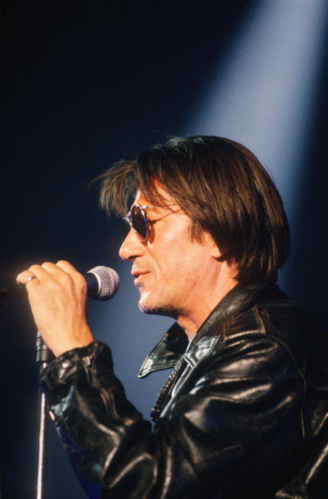 Le chanteur Jacques Dutronc sur scène en 1993. l Source : Getty Images
