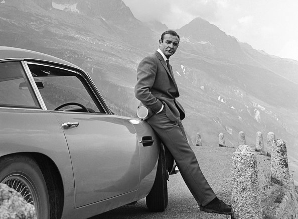 "Sean Connery, ""Goldfinger"", neben seinem Aston Martin DB5, 1964 
