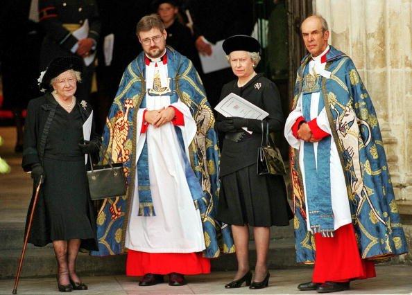 La reine Elizabeth II et la reine mère devant l'abbaye de Westminster, à Londres, pour les funérailles de Diana, princesse de Galles, le 6 septembre 1997. | Photo : Getty Images