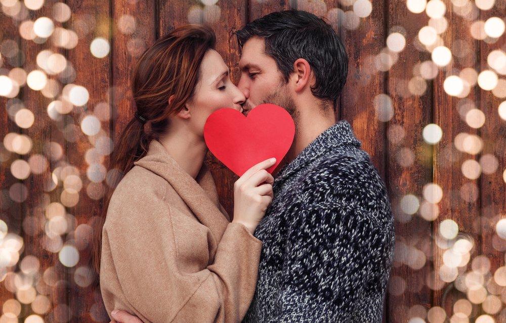 Pareja besándose.  Fuente: Shutterstock