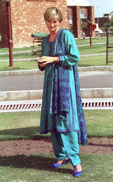 Diana, princesse du pays de Galles à Lahore, au Pakistan, lors de sa visite pour aider l'hôpital Shaukat Memorial | Photo: Getty Images