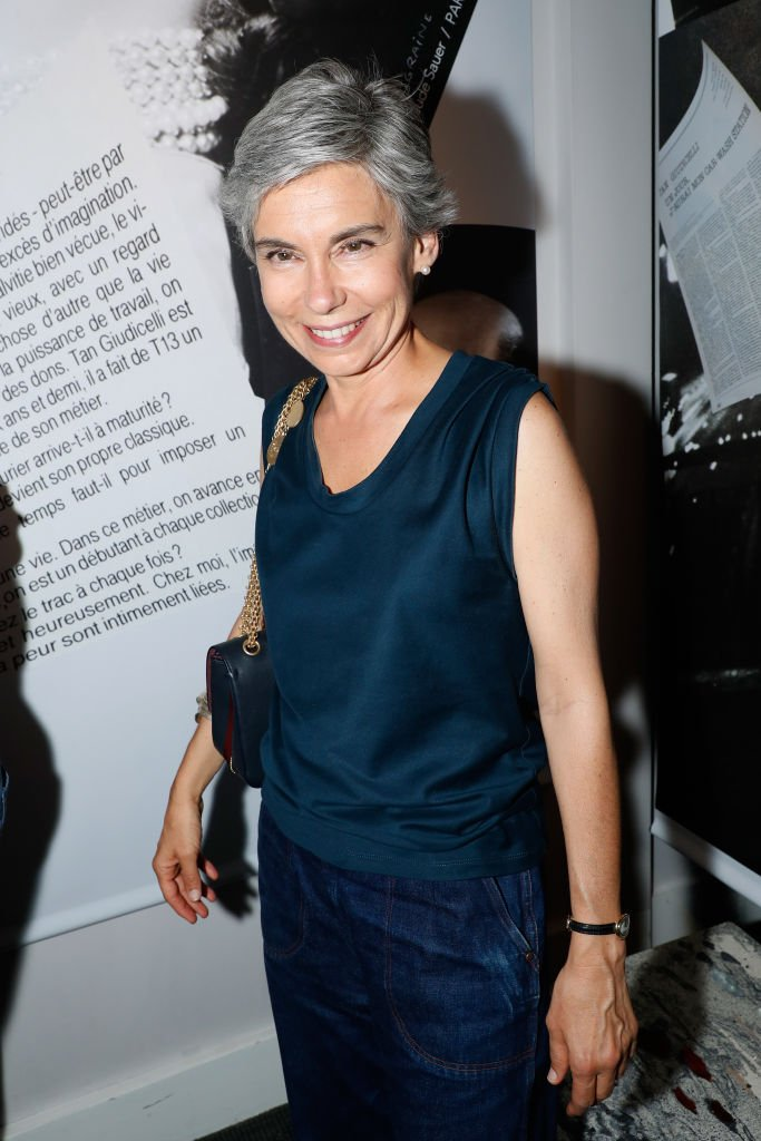 Elisabeth Quin assiste à la Tan Giudicelli - Aperçu de l'exposition de dessins et accessoires à la Galerie Pierre Passebon le 28 juin 2018 à Paris, France. | Photo : Getty Images