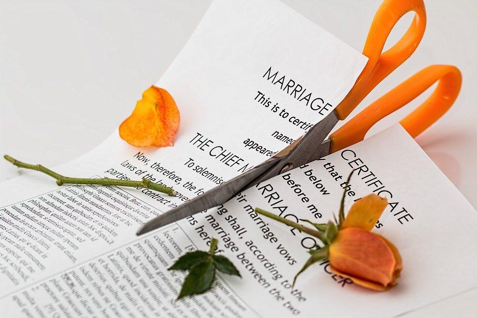 Ciseaux coupant un certificat de mariage. | Photo : Pixabay