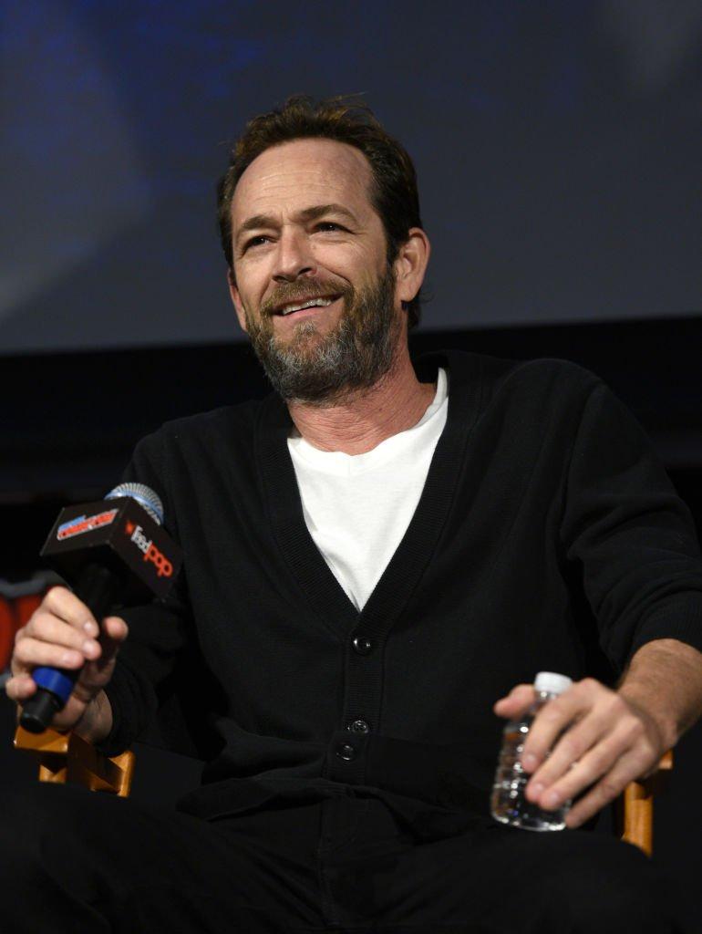 Luke Perry parle sur la scène au Riverdale Sneak Peek et questions-réponses lors du New York Comic Con au Hulu Theatre. Source: Getty Images