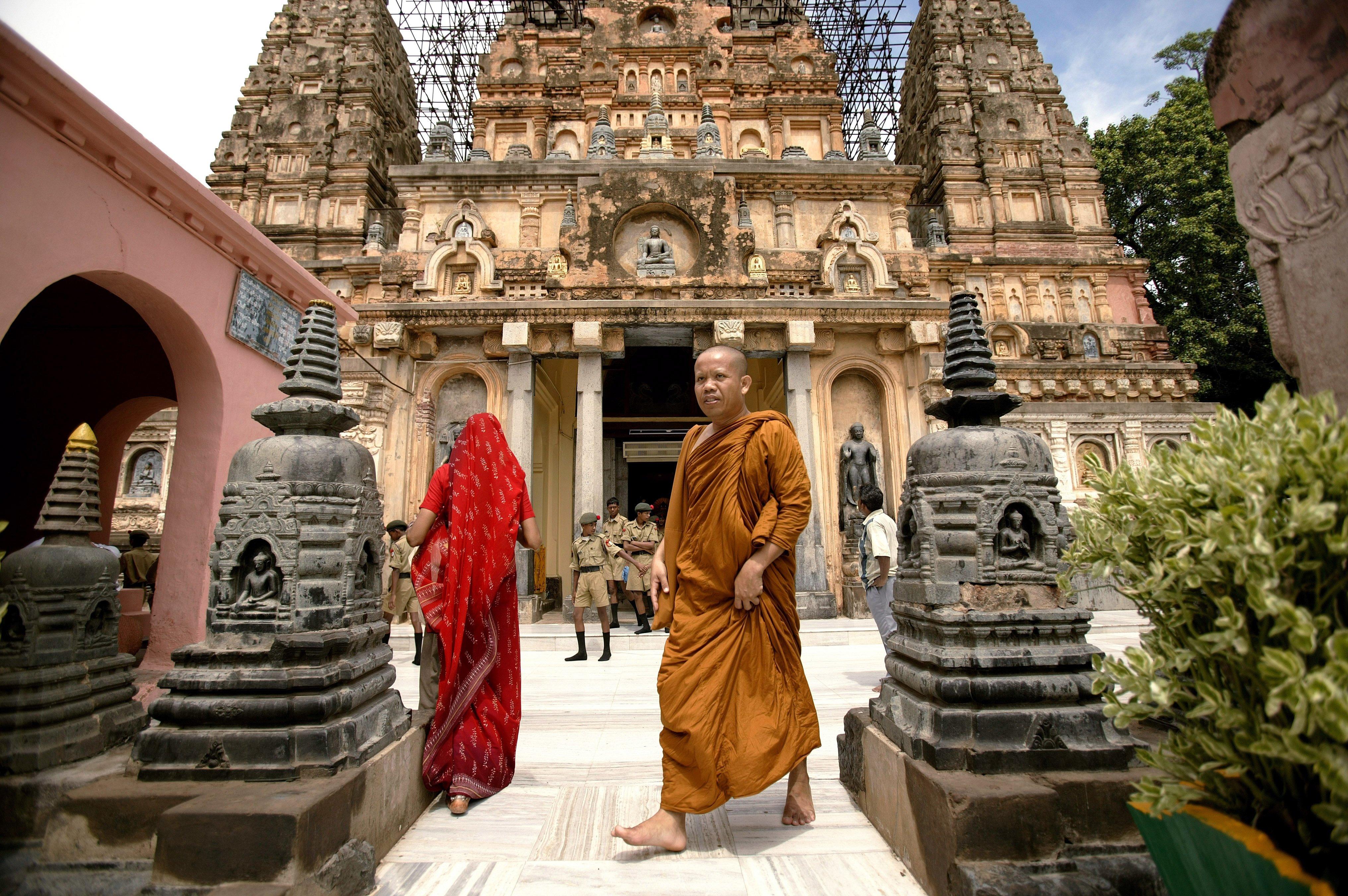 Monje budista frente al templo Mahabodhi en Bodhgaya, India || Fuente: Getty Images