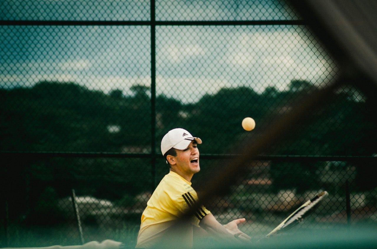 Photo of a young man playing tennis | Photo: Pexels