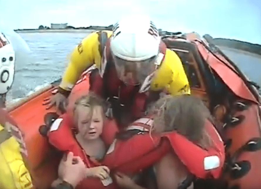 Rescate de las pequeñas que fueron arrastradas en un cisne inflable hacia altamar por el viento en Minehead, Reino Unido. | Fuente: YouTube/FN TechRoom