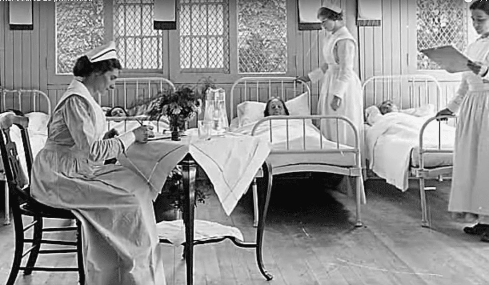 Pacientes en sus camas atendidos por varias enfermeras. | Imagen: YouTube/Etzen Espanto
