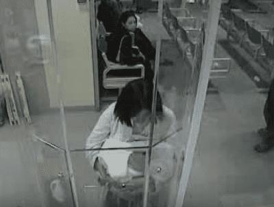 Vidéo de surveillance de la mère de Jessica à l'hôpital de Liverpool à Sydney, en Australie. | Source : Une affaire d'actualité /  YouTube