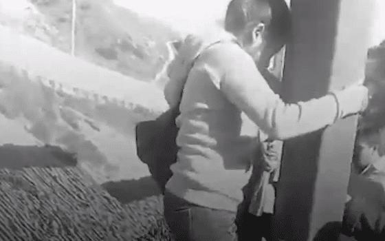 Padilla a été prise en vidéo en sautant par-dessus la clôture de la frontière alors qu'elle était enceinte de 8 mois l Photo : Facebook/Política Ya
