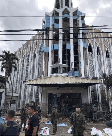 Troops and civilians after the explosions - China Xinhua News