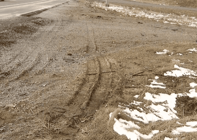The tracks left by the victim's Chrysler Town and Country minivan | Photo: KDKA-TV