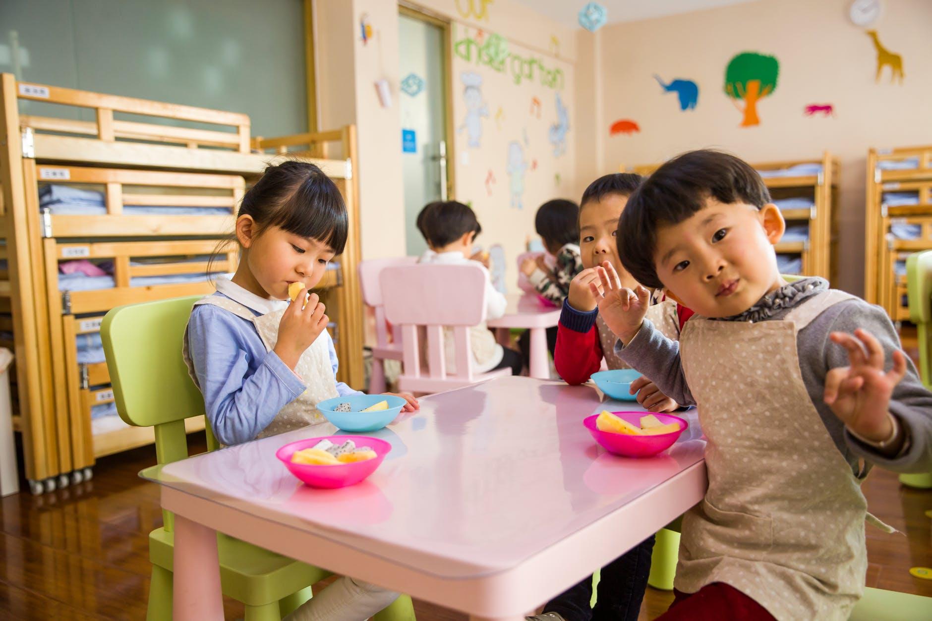 Trois enfants en bonne santé savourant des bananes. l Source: Pexels