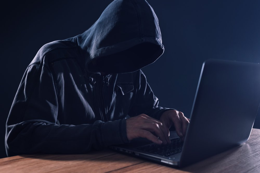 Cyber criminal and computer. | Photo: Shutterstock