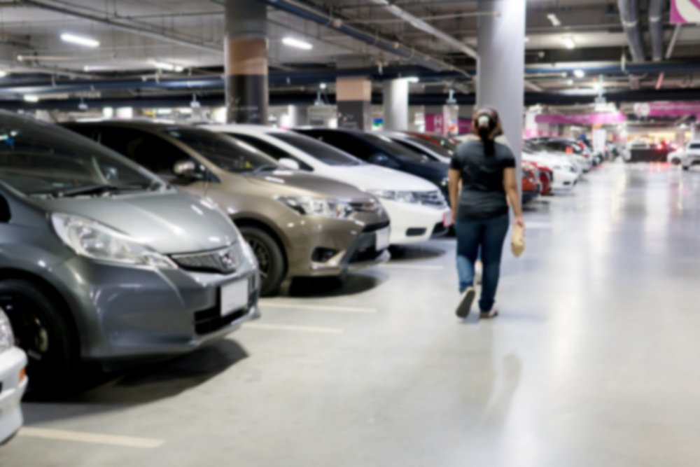 A garage with several packed cars | Photo: Shutterstock
