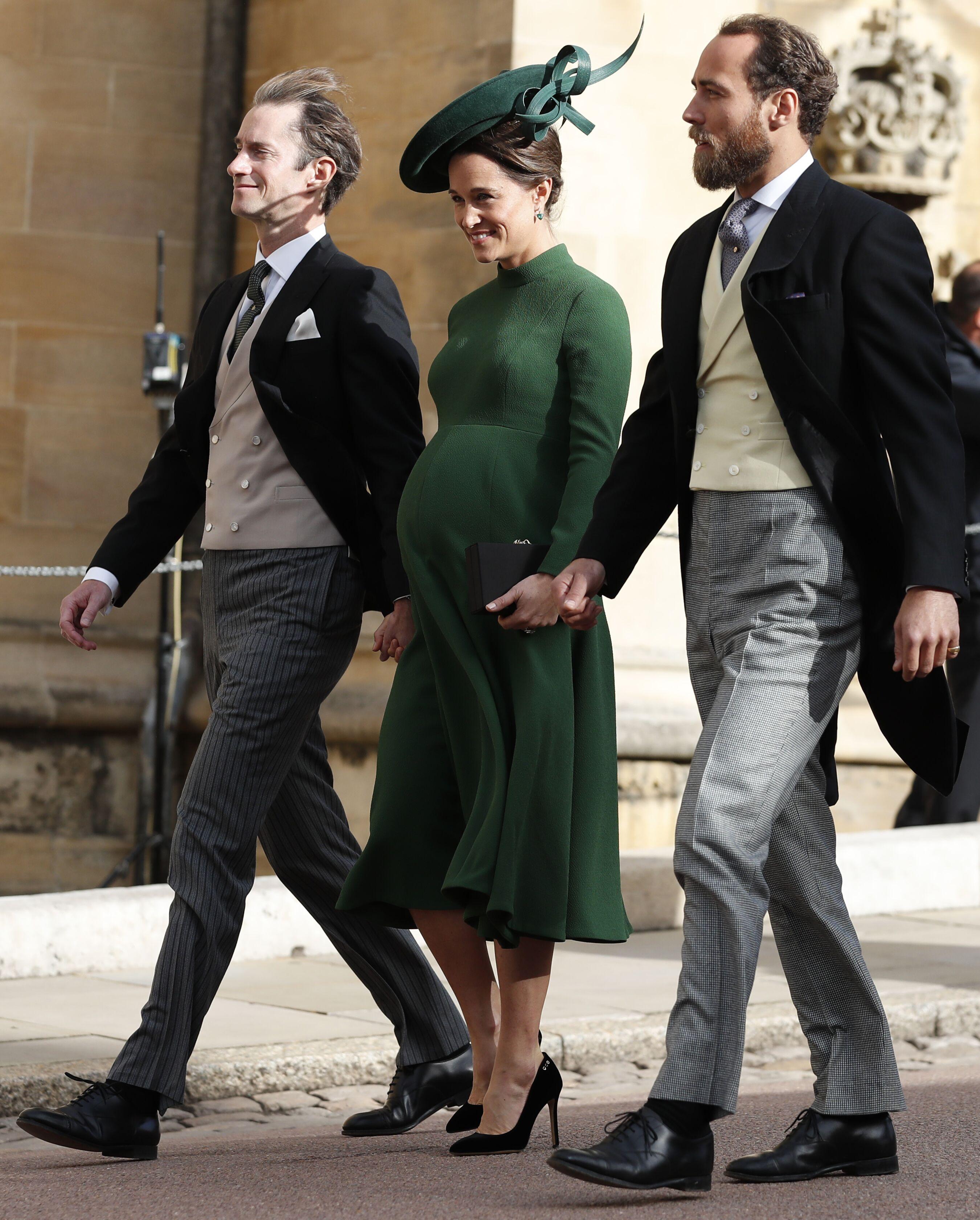 Pippa Middleton enceinte, tenant la main à son frère et à son mari. l Source : Getty Images