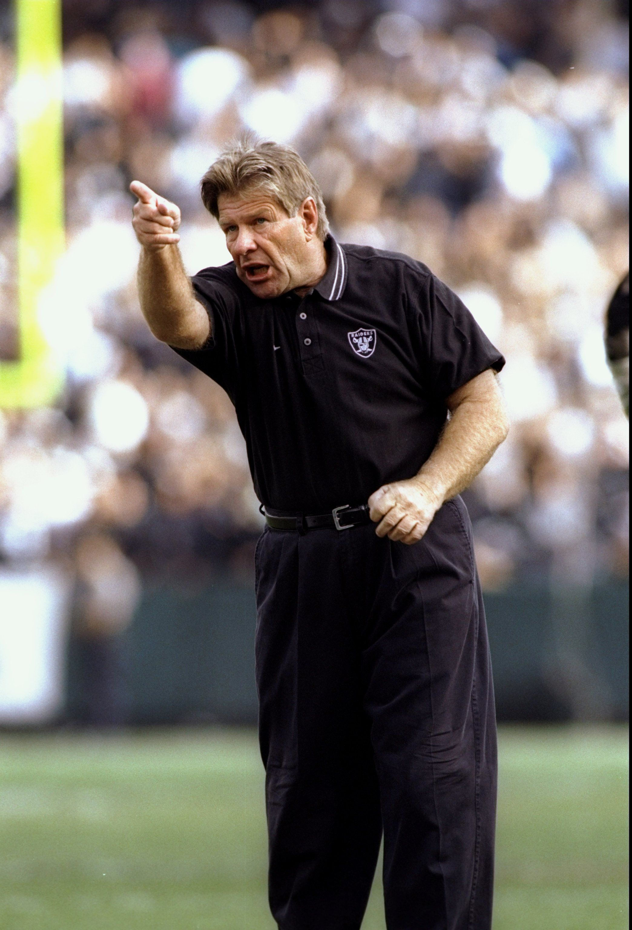 Joe Bugel gestures from the sidelines during a game of the Oakland Raiders against the Denver Broncos at the Oakland Alameda County Coliseum on October 19, 1997 | Photo: Getty Images