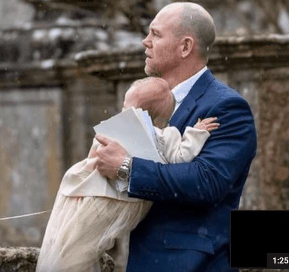 Mike Tindall avec sa fille Lena dans ses bras, le 17 mars 2019, à Cherington (Gloucestershire) | Photo : Youbute/infoceleb 101