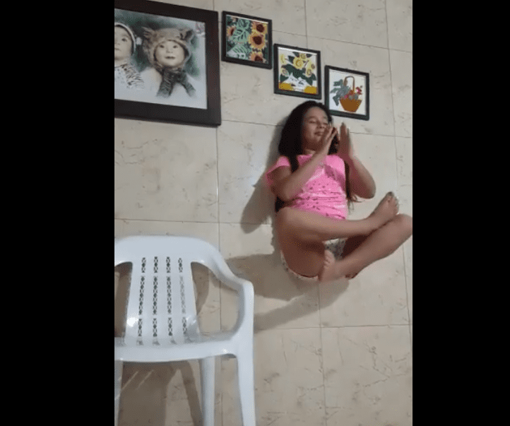 Une fille faisant un tour de lévitation / Image prise de : Facebook / SocialUniPamplona